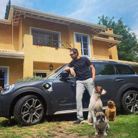 Sergio Guizé posa com carro de R$ 150 mil na fachada de sua casa  - Reprodução / Instagram