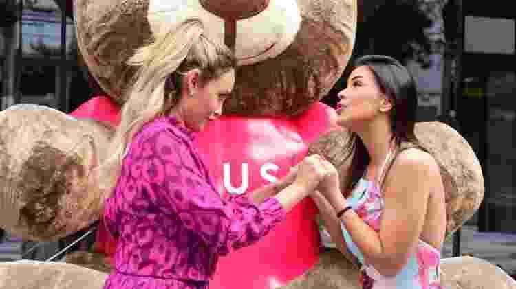 Sarah Andrade e Ivy Moraes conversam em porta de hotel em São Paulo - Leo Franco / AgNews - Leo Franco / AgNews