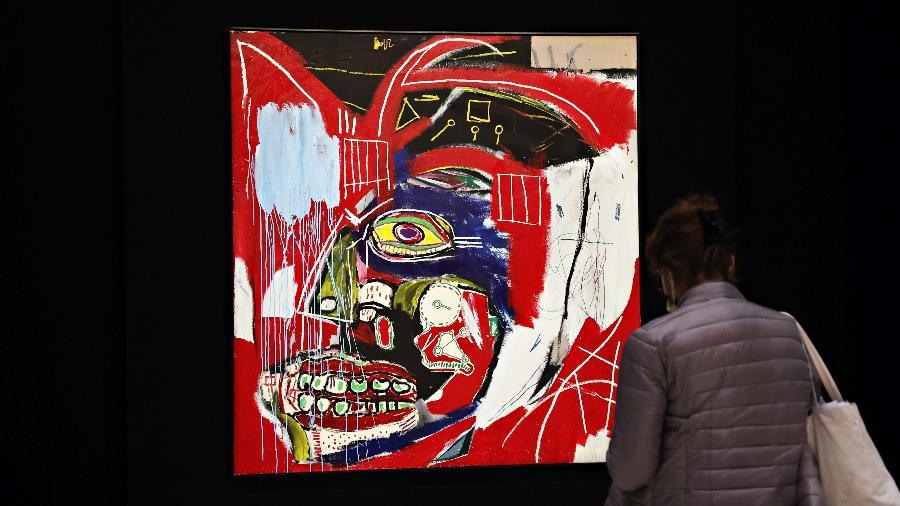 """07.05.2021 - A obra """"In This Case"""", de Jean-Michel Basquiat, em exposição pré-leilão na Christie""""s, em Nova York (EUA) - Cindy Ord/Getty Images"""