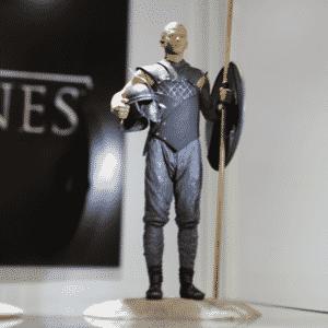 """Estátua em miniatura de Grey Worm, guerreiro aliado de Daenerys Targaeryn em """"Game of Thrones"""" - Reprodução/Twitter oficial/@GameofThrones"""