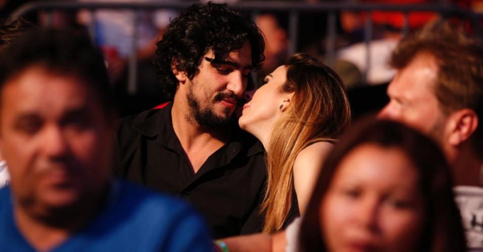 1.ago.2015 - Tatá Werneck aproveitou a série de lutas do UFC no HSBC Arena no Rio de Janeiro para curtir o namorado, o ator Renato Góes