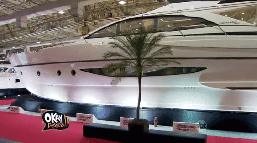 """16.out.2015 - Rodrigo Faro comprou um iate de 76 pés por cerca de R$ 6,8 milhões e afirmou que o novo """"brinquedinho"""" é a realização de um sonho. O barco possui 4 suítes e tem 230 metros quadrados de área total. Esse será o segundo iate do apresentador da Record - Reprodução/SBT"""