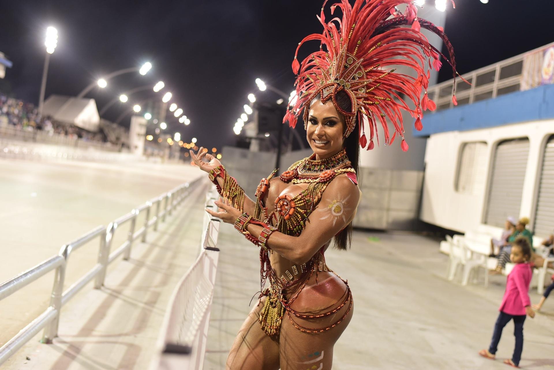 17.jan.2016 - A rainha da bateria Gracyanne Barbosa chega ao Sambódromo do Anhembi para ensaio técnico da X-9 Paulistana.