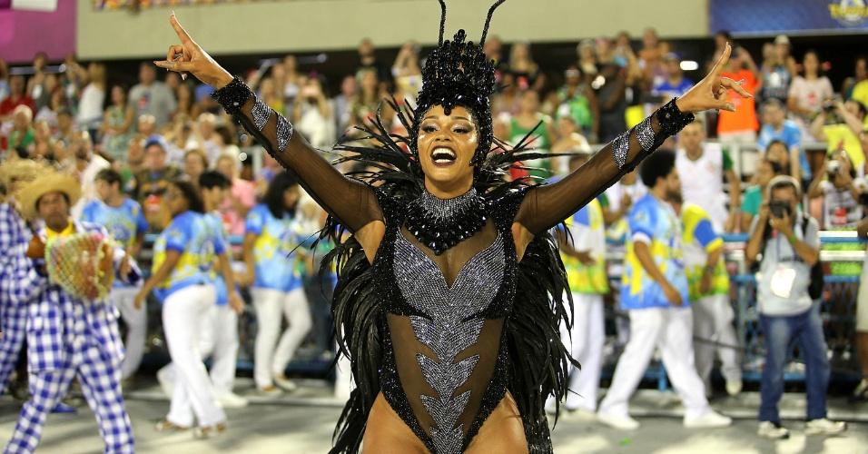 8.fev.2016 - A rainha de bateria Juliana Alves desfilou com fantasia representando a vespa rainha