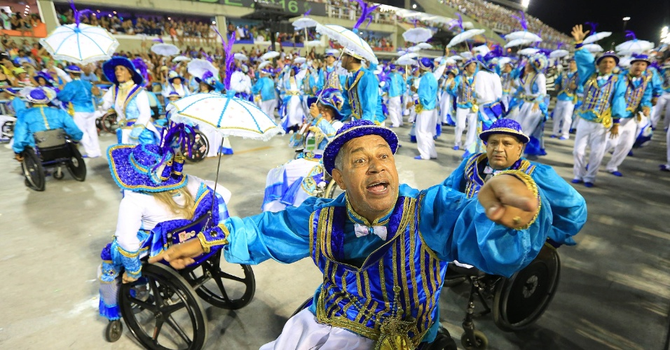 """9.fev.2016 -Cadeirantes participam do desfile da Portela cujo o samba-enredo, """"No Voo da Águia, Uma Viagem Sem Fim"""", narrava a trajetória da humanidade"""