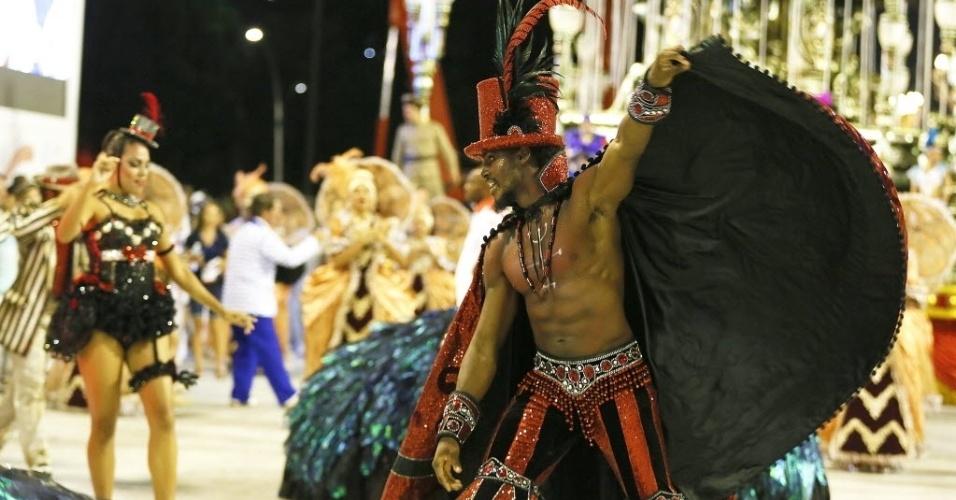"""13.fev.2016 - A comissão de frente do Salgueiro, que trouxe o enredo """"A Ópera dos Malandros"""" para a Sapucaí. Integrante representa Exu na Sapucaí"""