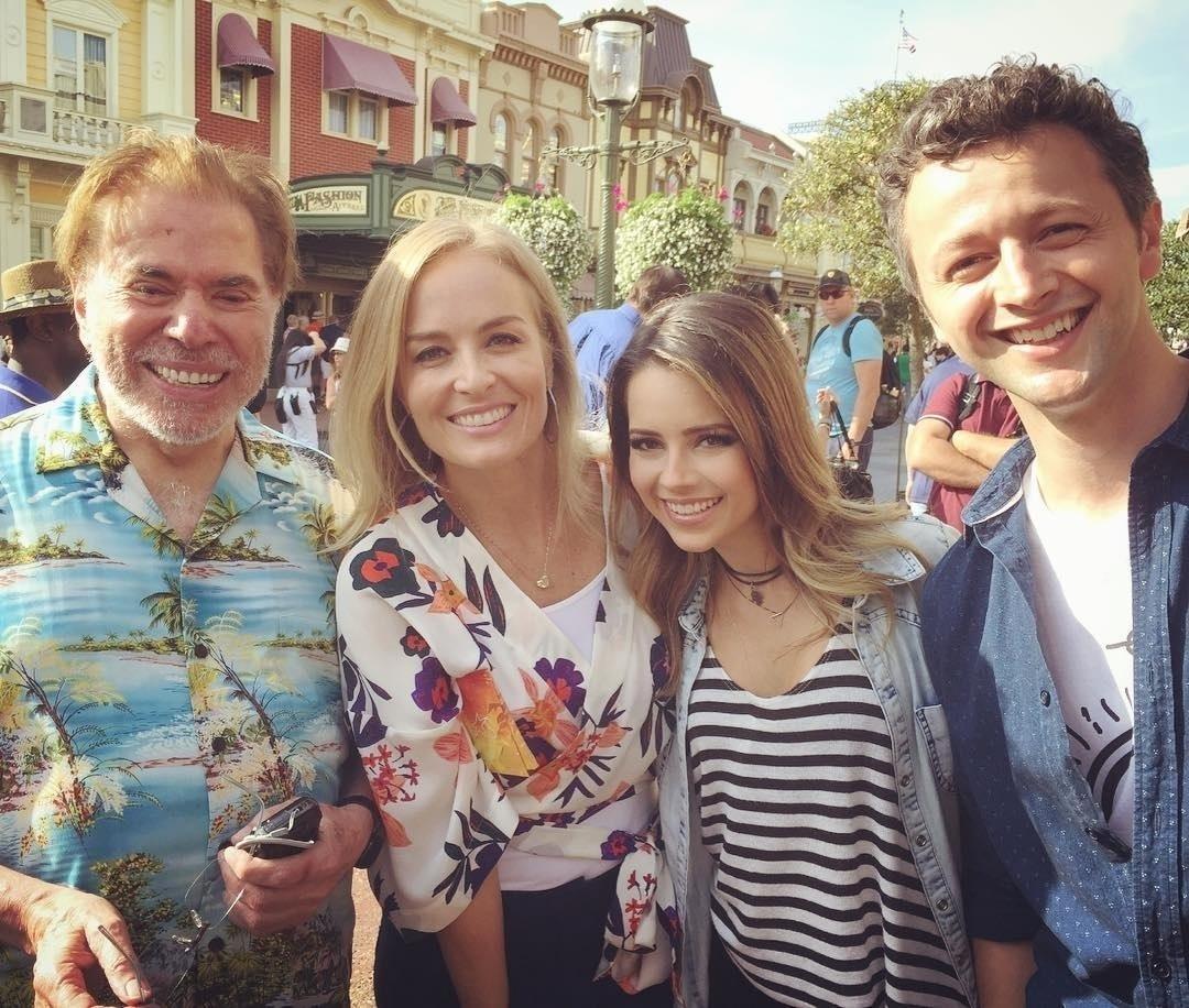 2.mar.2015 - Sandy e o marido, Lucas Lima, encontraram Silvio Santos na Disney. O casal gravava com Angélica para o