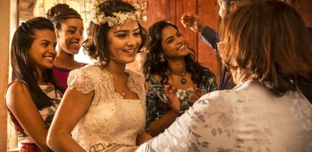 """Olívia coloca seu vestido para casar com Miguel - Reprodução/""""Velho Chico""""/GShow"""