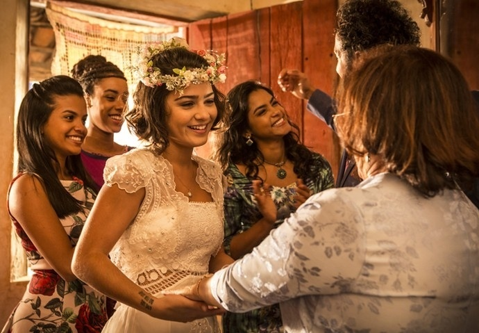 Olívia coloca seu vestido para casar com Miguel
