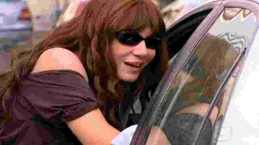 """Ex-prostituta, Nazaré voltou a fazer programas em """"Senhora do Destino"""". A loira usou peruca morena e rodou bolsinha em busca do ganha-pão, mas também humilhava quem passava ro e a ignorava na rua - Reprodução/TV Globo"""