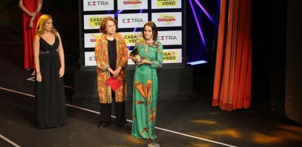 29.nov.2016 - Luciana, mulher de Domingos Montagner, recebe prêmio do marido, que venceu na categoria Melhor Ator - Wallace Barbosa e Marcello Sá Barretto / AgNews