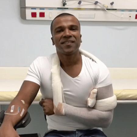 Alexandre Pires sofre acidente em escada de aeroporto - Reprodução/TV Globo