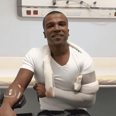"""Alexandre Pires sofre acidente em escada de aeroporto: """"Coisas da vida"""" - Reprodução/TV Globo"""