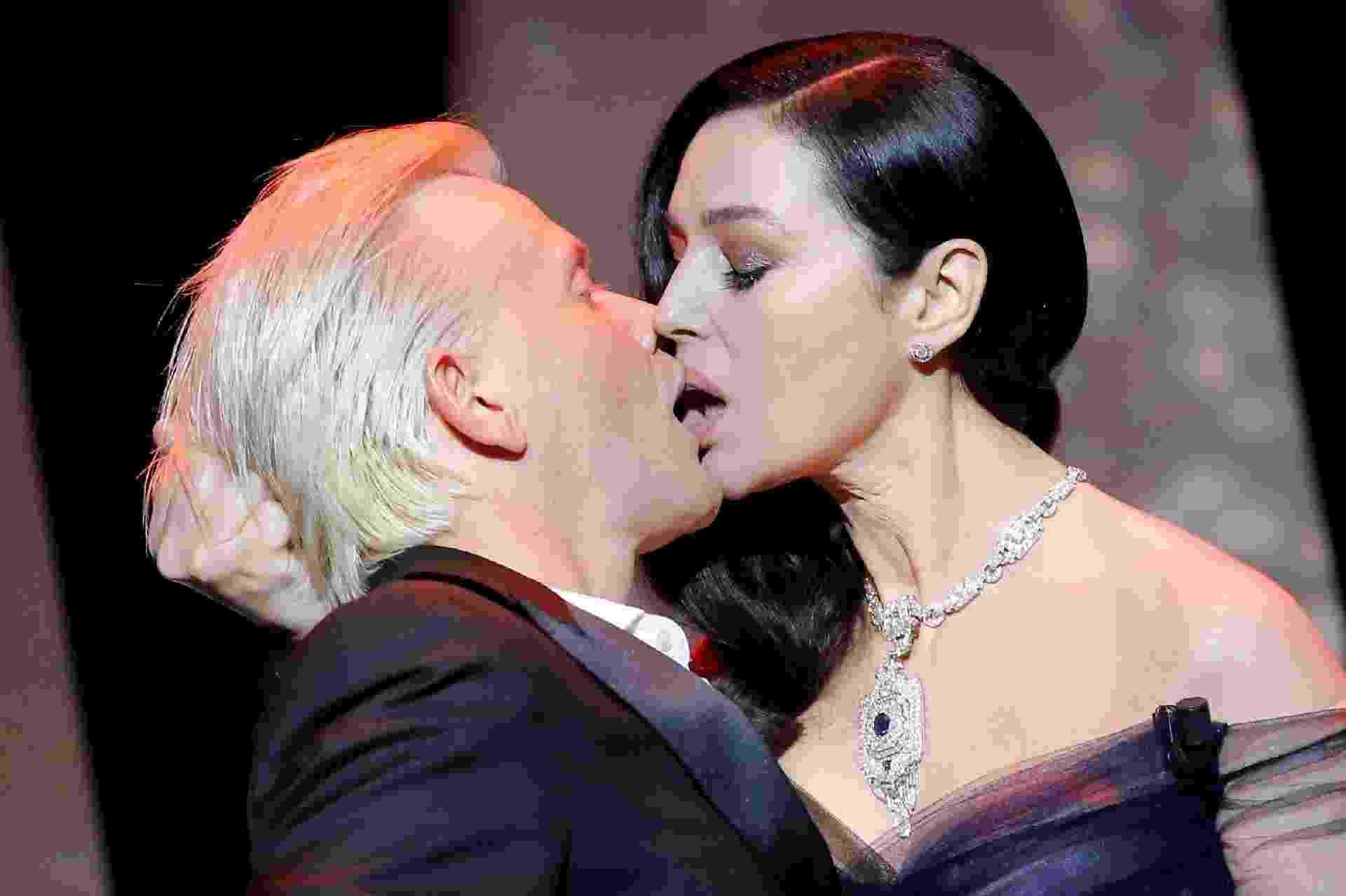 Na abertura do 70º Festival de Cinema de Cannes, a atriz Monica Bellucci dá um beijão no ator Alex Lutz no palco - Reuters