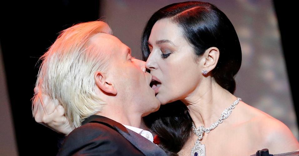 Na abertura do 70º Festival de Cinema de Cannes, a atriz Monica Bellucci dá um beijão no ator Alex Lutz no palco