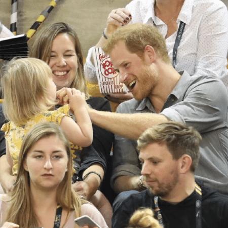 Príncipe Harry brinca com a garotinha que roubou suas pipocas nos Invictus Games - Reprodução/Instagram