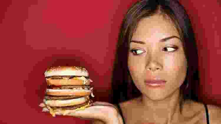 Comer hambúrguer - iStock - iStock