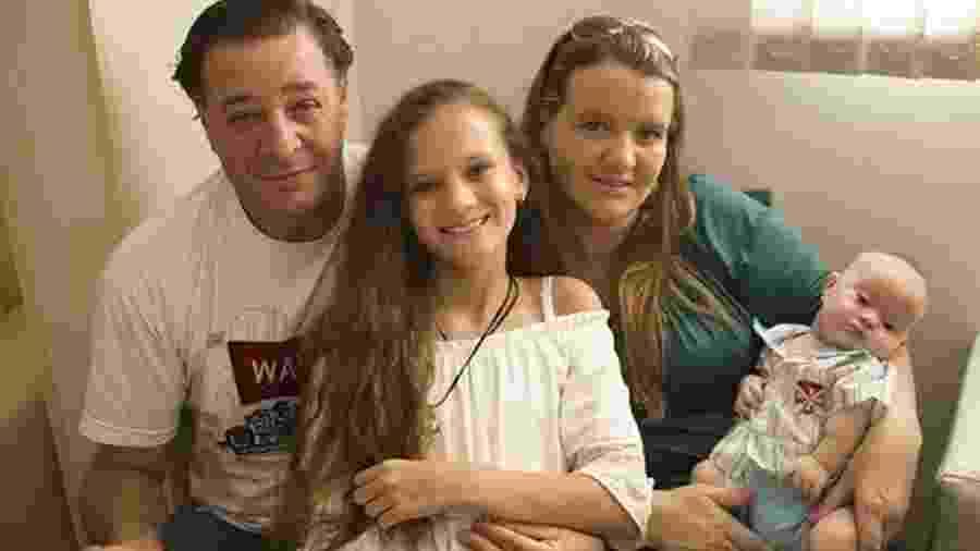 Daisi Colpani com o marido, Marcelos, e os filhos, Gabriela e Anthony; a dona de casa teve duas gravidezes fora do útero - Arquivo Pessoal