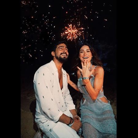 Thaila Ayala exibe anel de noivado que ganhou do namorado Renato Goés durante a virada do ano - Reprodução/Instagram