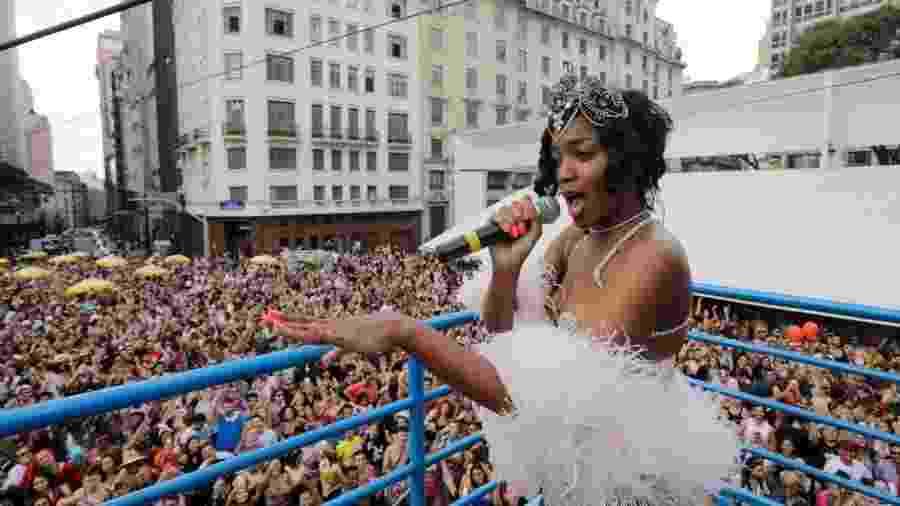 A cantora Iza se apresenta no bloco de carnaval Pop Como Te Gusta, no centro de São Paulo, durante o pré-carnaval deste sábado - Nelson Antoine/UOL