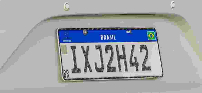 Placa Mercosul é instalada em veículo registrado no RS, um dos 7 estados que já aderiram - Evandro Leal/Agência Freelancer
