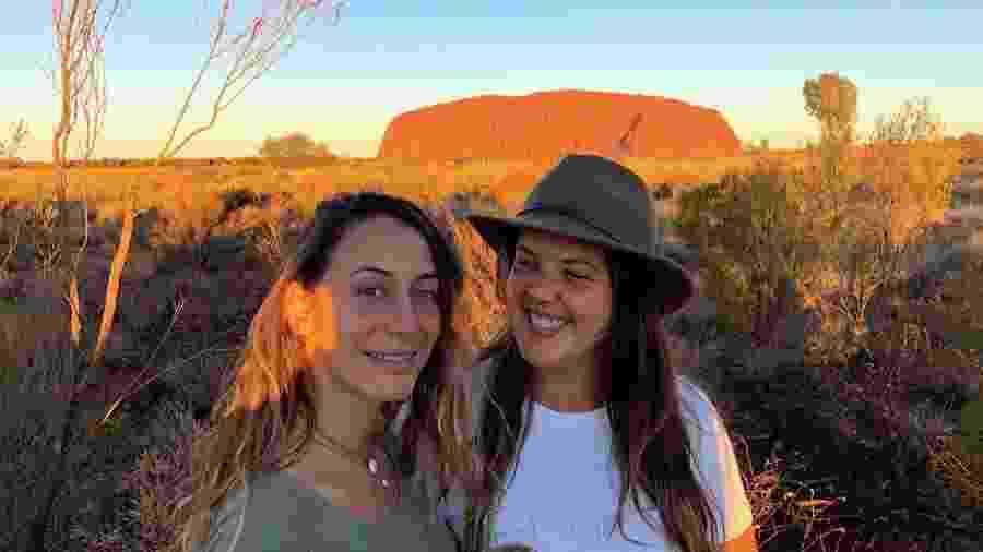 Amanda e Natalie: num ônibus, abraçando pessoas - Arquivo Pessoal