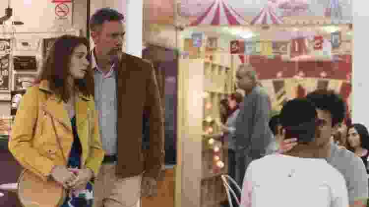 Meg e o pai, Osório, veem beijo de Guga e Serginho em Malhação: Toda Forma de Amar - Reprodução/TV Globo