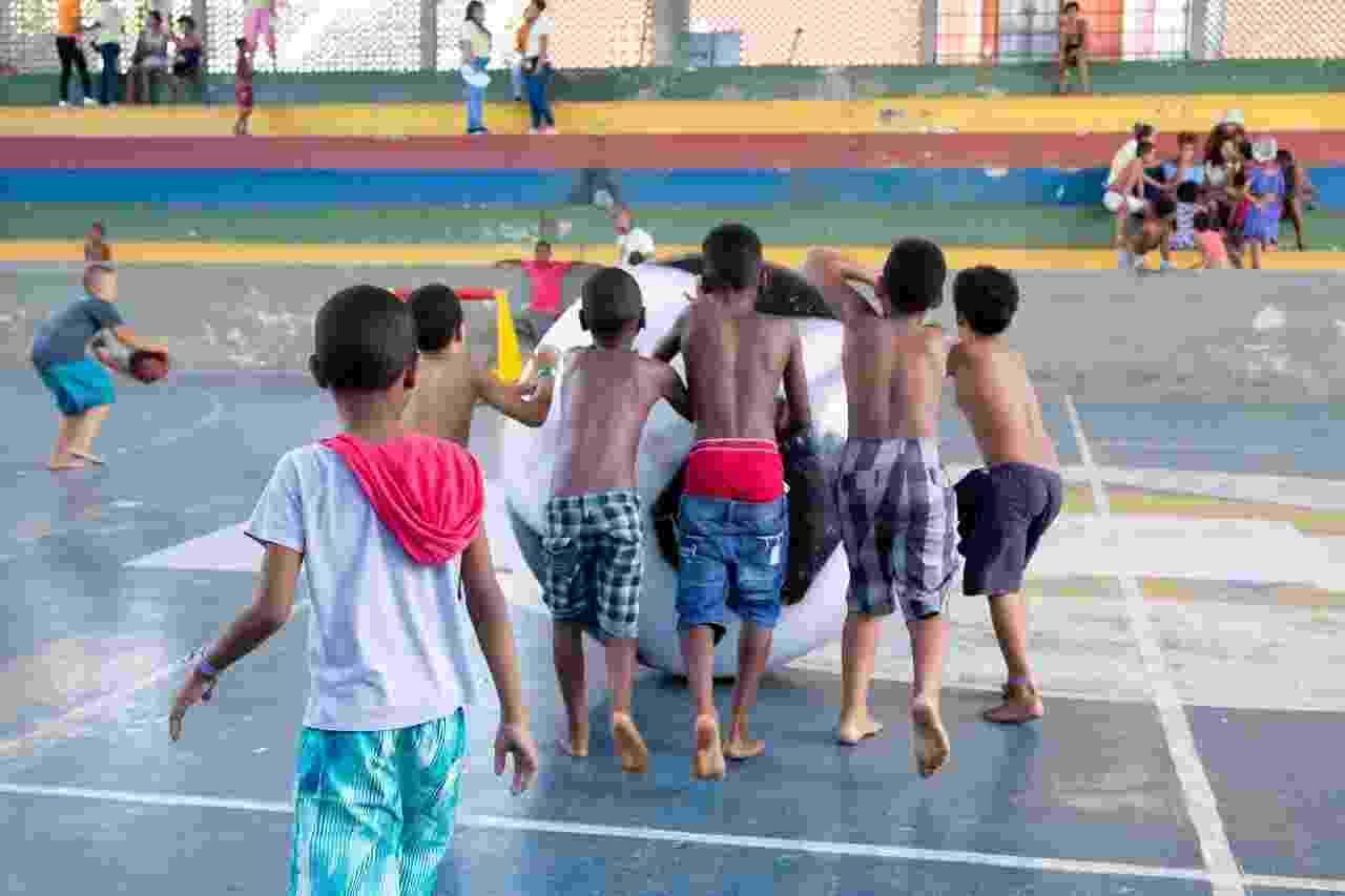 Atividades físicas fazem parte da rotina no abrigo da escola municipal Hildete Lomanto, no Garcia, em Salvador - Soraia Carvalho/UOL