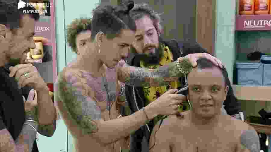 A Fazenda 2020: Peões cortam cabelo de Fernandinho Beat Box - Reprodução/RecordTV