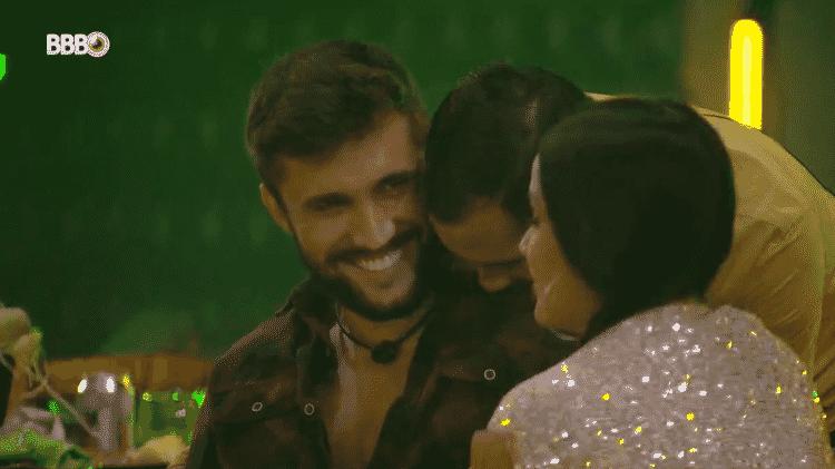 BBB 21: Gil morde ombro de Arthur - Reprodução/Globoplay - Reprodução/Globoplay