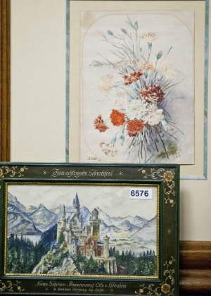 Desenhos feitos pelo ditador alemão Adolf Hitler foram colocados em leilão em Nuremberg, na Alemanha - Daniel Karman/EFE