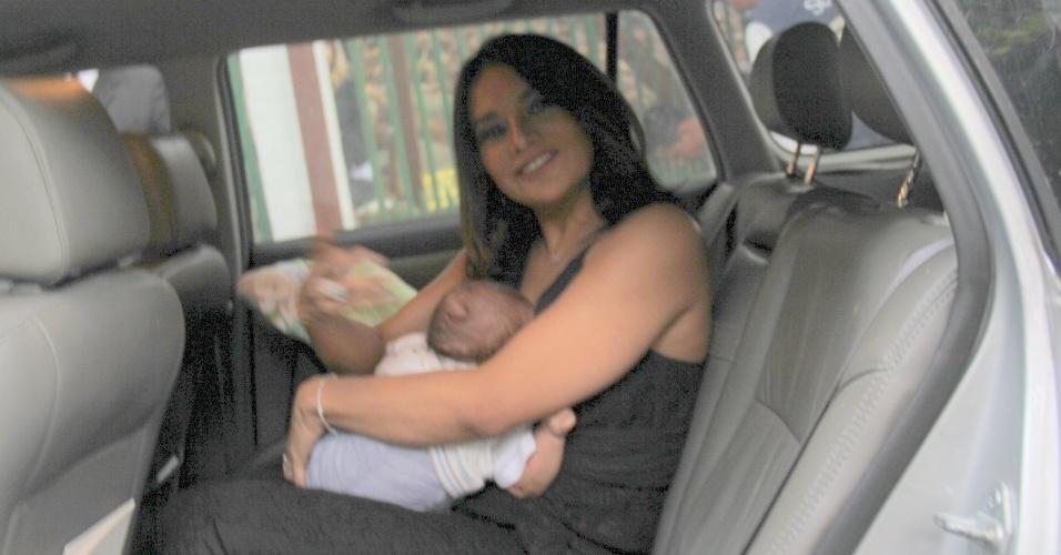 6.dez.2016 - A atriz Dira Paes chega com o recém-nascido Martim nos braços para o casamento de Sophie Charlotte e Daniel de Oliveira