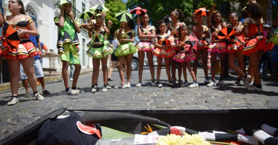 Um desfile pelas ruas de Olinda (PE) representou o enterro simbólico do mosquito Aedes aegypti, transmissor dos vírus da dengue, zika e chikungunya, na tarde da sexta, 5