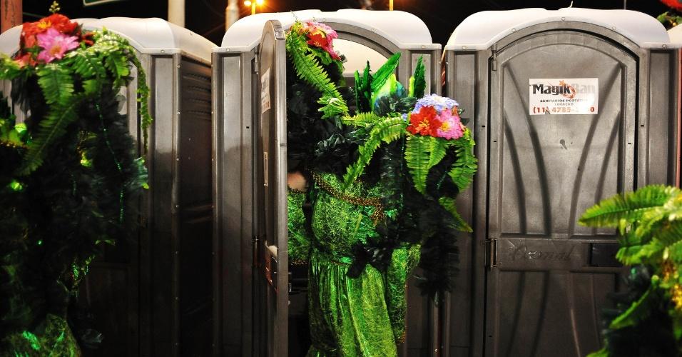 6.fev.2016 - Integrantes começam a desmontar fantasias na despersão do desfile da madrugada deste sábado