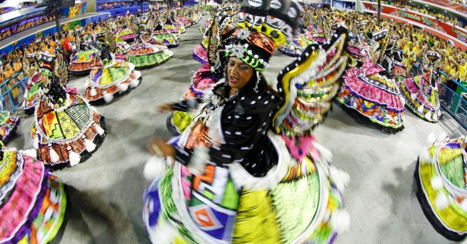 7.fev.2016 - A ala das baianas da Estácio da Sá, escola que abriu a elite do Carnaval do Rio neste domingo