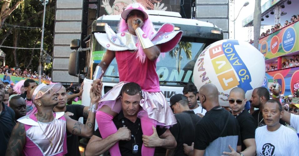 """8.fev.2016 - Com tema """"Space Girls"""", os foliões se vestem de """"garotas espaciais"""" para pular o Carnaval no circuito Campo Grande. Márcio Victor, do Psirico, animou o desfile com a mesma fantasia"""