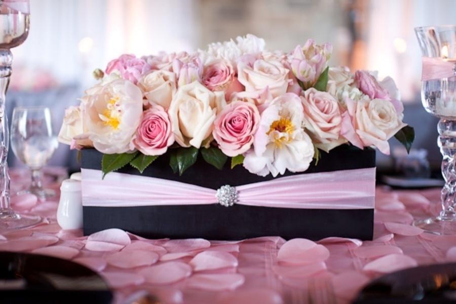 Arranjos de rosas em tons pastel também estavam presentes na decoração deste chá de bebê inspirado na cidade de Paris