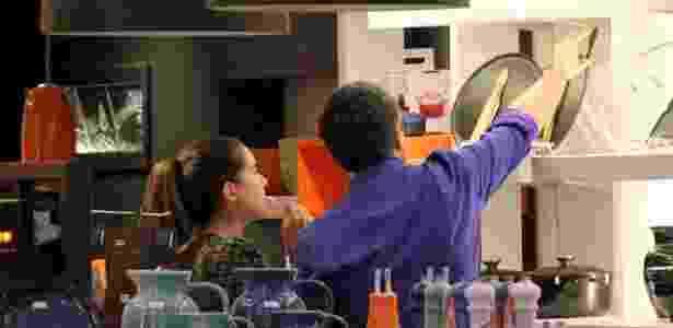 4.set.2016 - Ao lado da filha, William Bonner escolhe itens para a casa em sua primeira aparição pública após o anúncio da separação de Fátima Bernardes - AgNews - AgNews