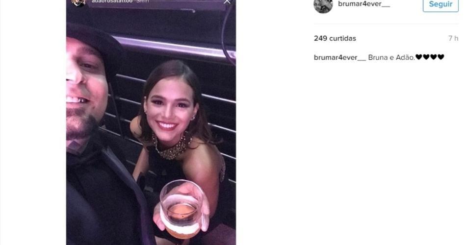 Bruna Marquezine posa com Adão Rosa, tatuador e amigo de Neymar, durante a festa da mãe do jogador