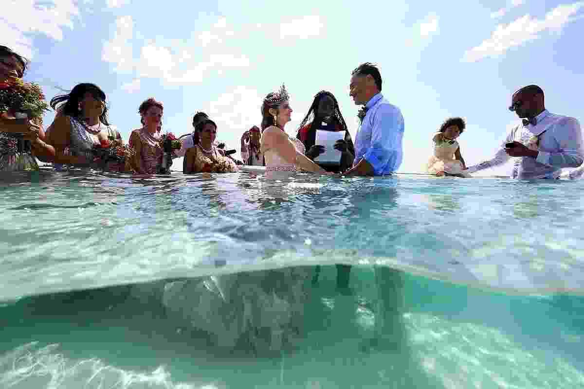 Susana Zamos e seu noivo Jovany tinham o sonho de se casar no meio do oceano. Eles e seus 100 convidados fizeram uma cerimônia em El Cielo, um banco de areia localizado na ilha de Cozumel, no Caribe - Del Sol Photography/Reprodução