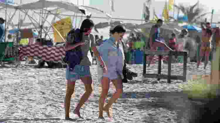 Bruna Linzmeyer e a namorada deixam a praia de mãos dadas - JC Pereira/Ag.News - JC Pereira/Ag.News