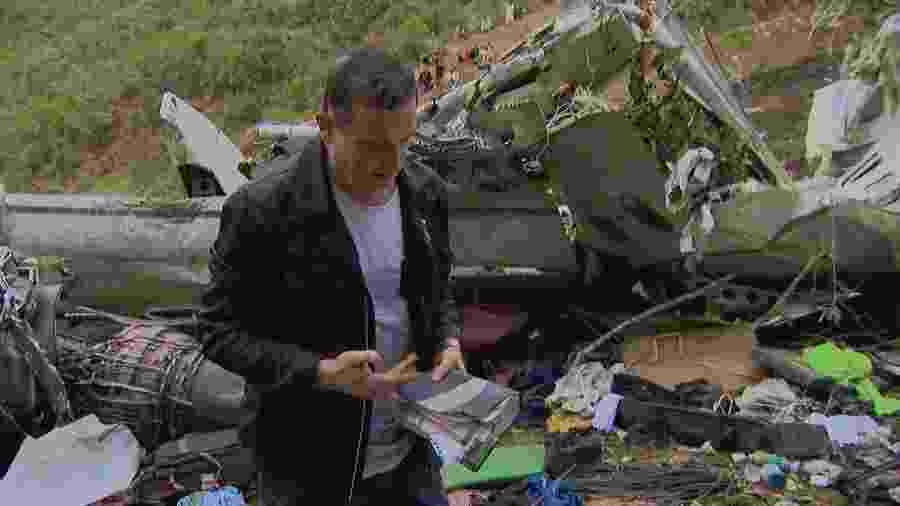 Roberto Cabrini recupera Bíblia em meio a destroços do voo da Chape - Divulgação / SBT