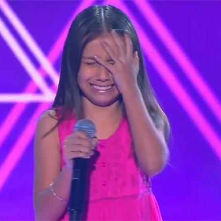 Yasmim chora ao ser escolhida no The Voice Kids - Reprodução/TV Globo