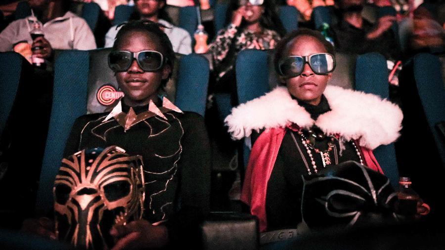 """Quenianos vão de cosplays à pré-estreia de """"Pantera Negra"""" em Nairobi - AFP PHOTO / Yasuyoshi CHIBA"""