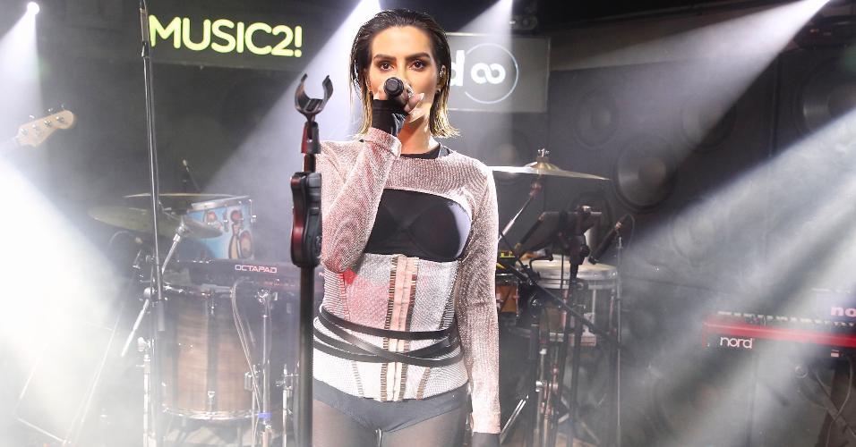 Cleo (ex-Pires) aparece de visual novo em seu primeiro show como cantora