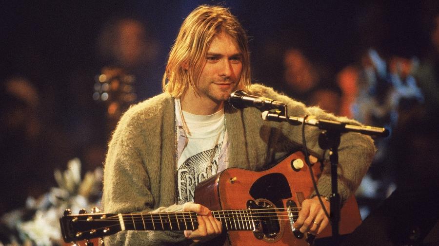 """Kurt Cobain usa violão durante a gravação do """"MTV Unplugged"""", em 18 de novembro de 1993 - Frank Micelotta/Getty Images"""