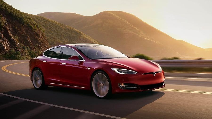 8616bf54bdd Bêbado dorme e deixa Tesla rodando no piloto automático na Califórnia