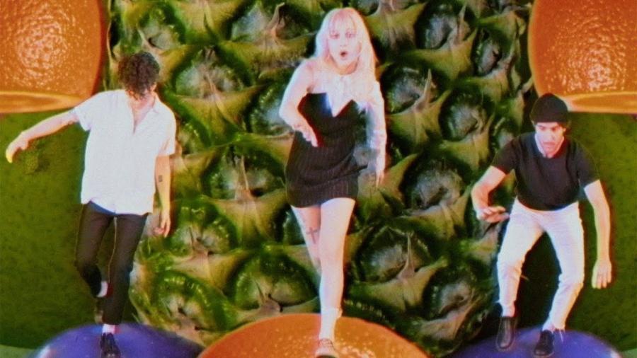 """Os integrantes do Paramore no clipe """"Caught in the Middle"""" - Reprodução"""