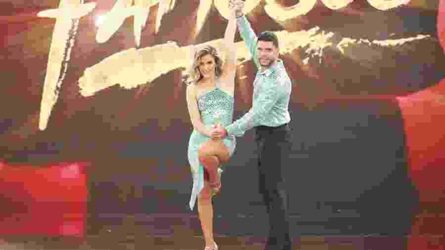 """Mariana Ferrão e o professor Ricardo Espeschit abriram a repescagem da """"Dança dos Famosos""""  - Divulgação TV Globo/Alinne Tuffengdjian"""