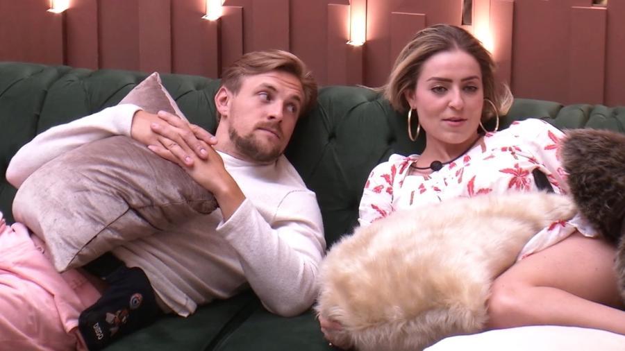 Diego e Paula conversam na sala do confinamento  - Reprodução/GloboPlay